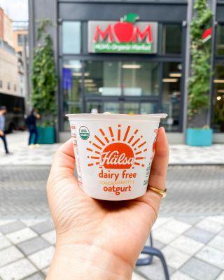 What do Hälsa and @momsorganicmarket have in common? We're both on a mission to provide you with nothing but the highest quality foods, free of artificial ingredients (always!). 🤝❤️ #HälsaFoods